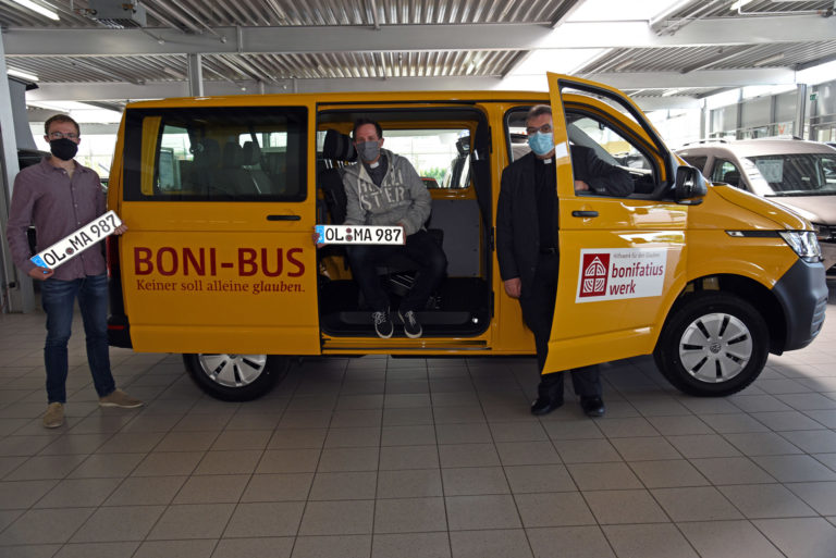 Carsten Piesch (v.l.), Pfarrer Jan Kröger und Monsignore Georg Austen bei der Übergabe des BONI-Busses.