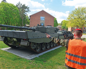 """Begeisterung über den neuen """"Sockelpanzer"""" Leopard 2"""
