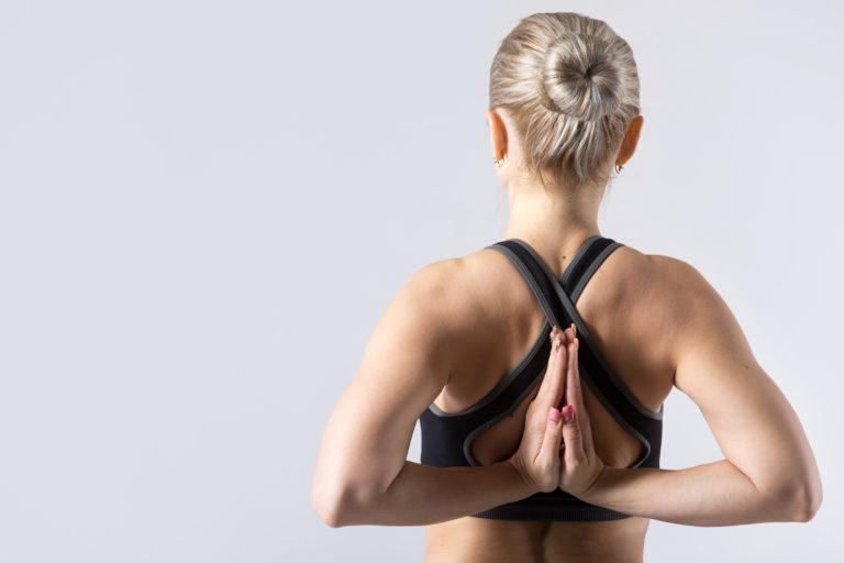 Rücken einer Frau bei einer Dehnübung
