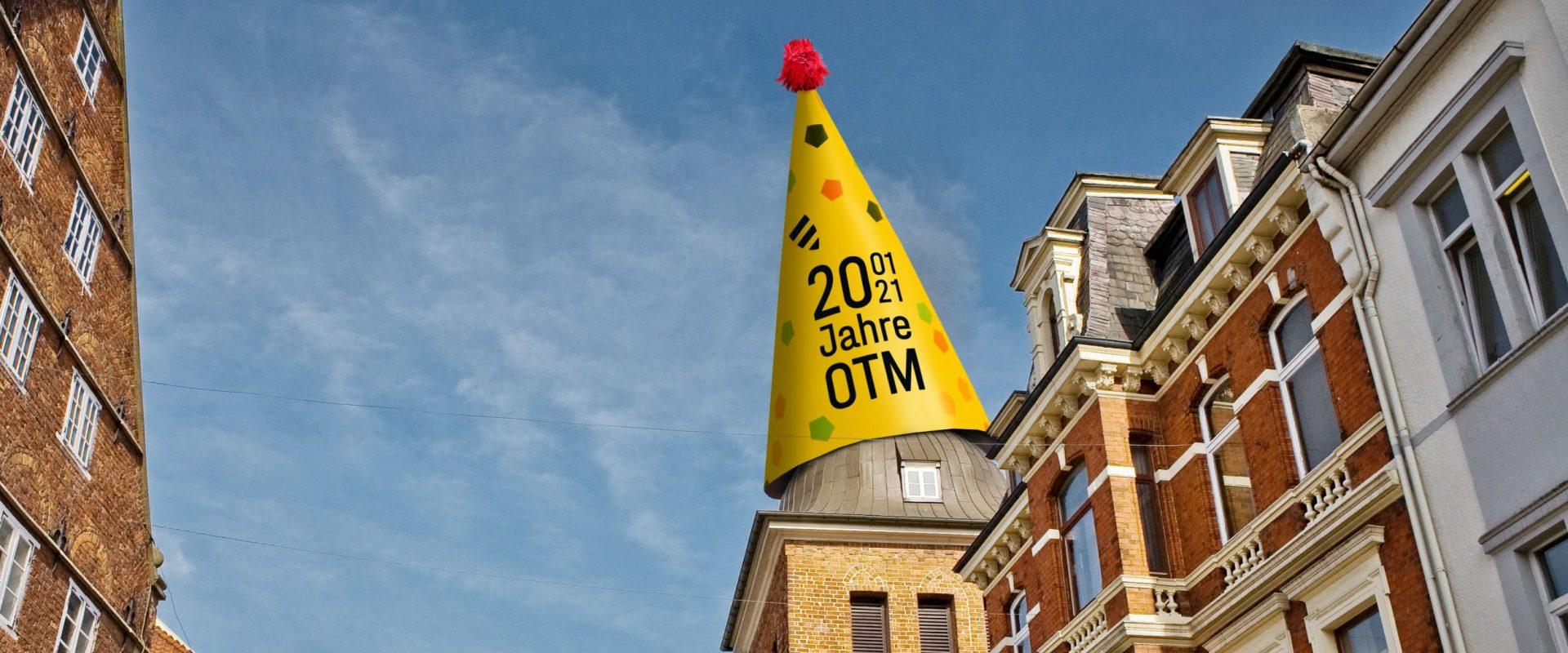 2021 feiert die Oldenburg Tourismus und Marketing GmbH (OTM) ihr 20-jähriges Firmenjubiläum. Mittlerweile hat die OTM ihre Geschäftsräumen mit der Touristinfo im Wahrzeichen Oldenburg, im Lappan, untergebracht.  Diese Bildmontage zeigt den Lappan mit Geburtstagshut.